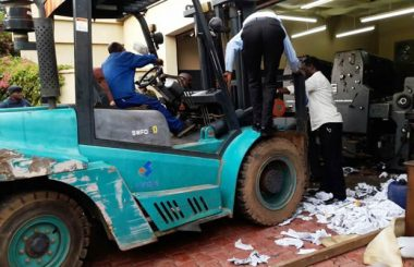 Officers trying to remove the printing press from Dr Fred M'membe's garage
